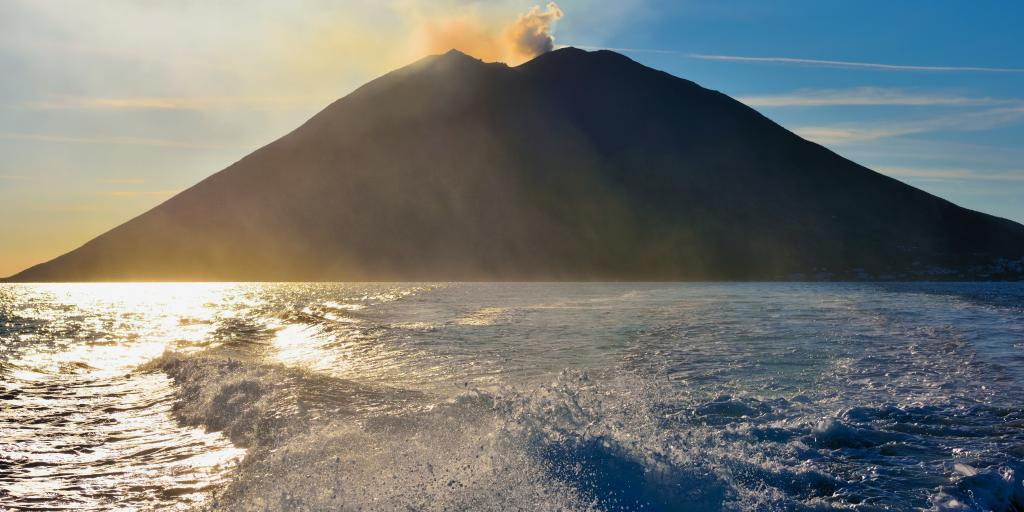 wandern auf Vulkaninseln unter sizilianischer Sonne