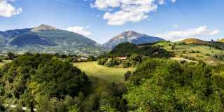 Wandern in den Abruzzen: Bergdörfer und alpine Wildnis